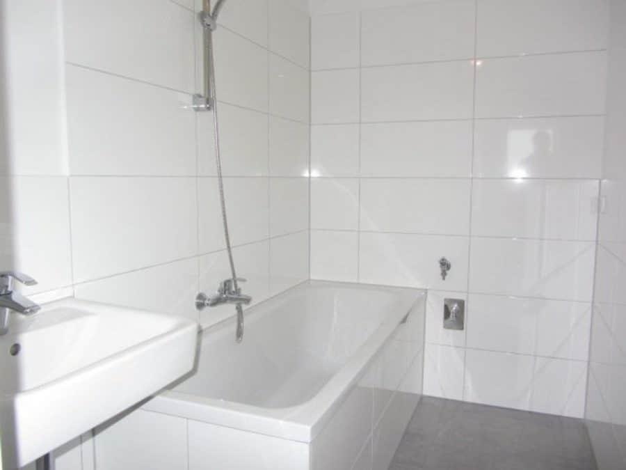 Wie neu - komplett instandgesetzte 4-Zimmer-Wohnung im grünen Berlin-Waidmannslust! - Wannen-Bad