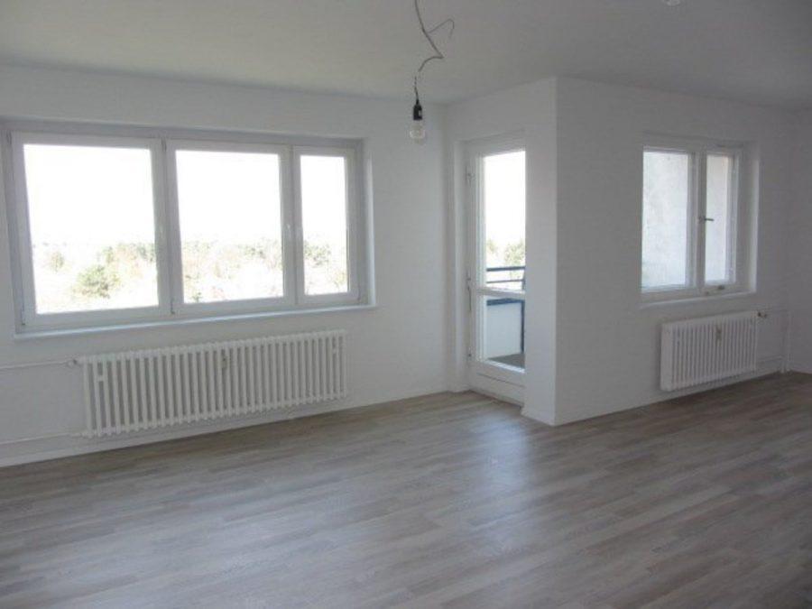 Wie neu - komplett instandgesetzte 4-Zimmer-Wohnung im grünen Berlin-Waidmannslust! - Wohnzimmer Richtung Balkon