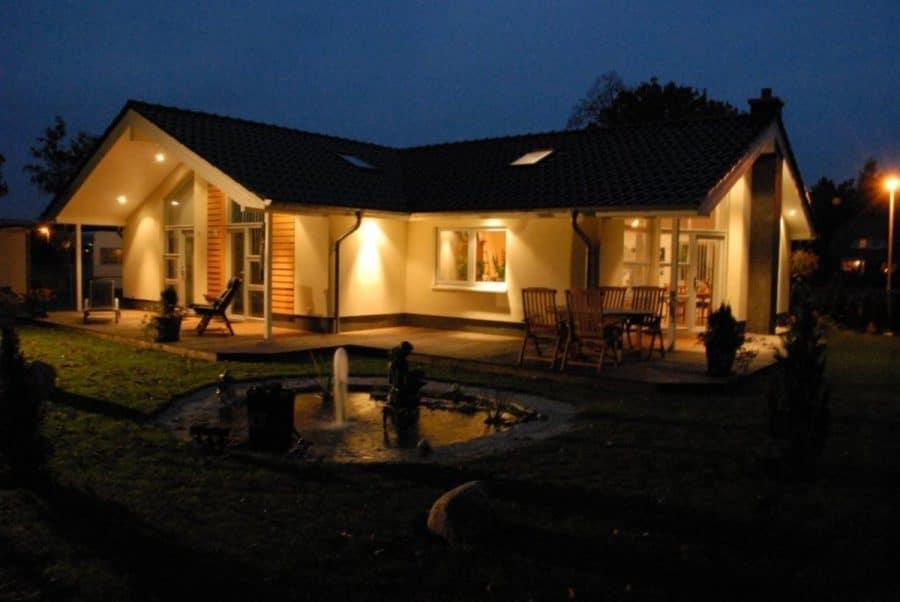 Niedrigenergiehaus in sehr gepflegtem Zustand in grüner Ruhiglage von Falkensee zu verkaufen! - Hausansicht abends