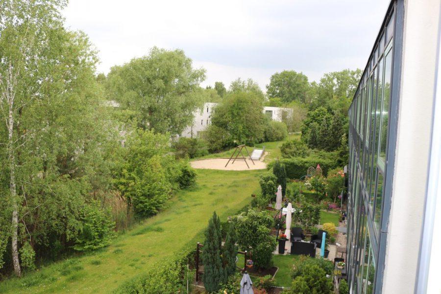 Am Stadtrand Berlins in Karow: 4-Zimmer-Maisonette-Wohnung mit Wintergarten in ruhiger Seitenstraße - Grundstück vor dem Haus
