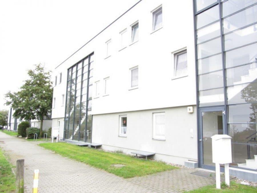 Am Stadtrand Berlins in Karow: 4-Zimmer-Maisonette-Wohnung mit Wintergarten in ruhiger Seitenstraße - Hausansicht