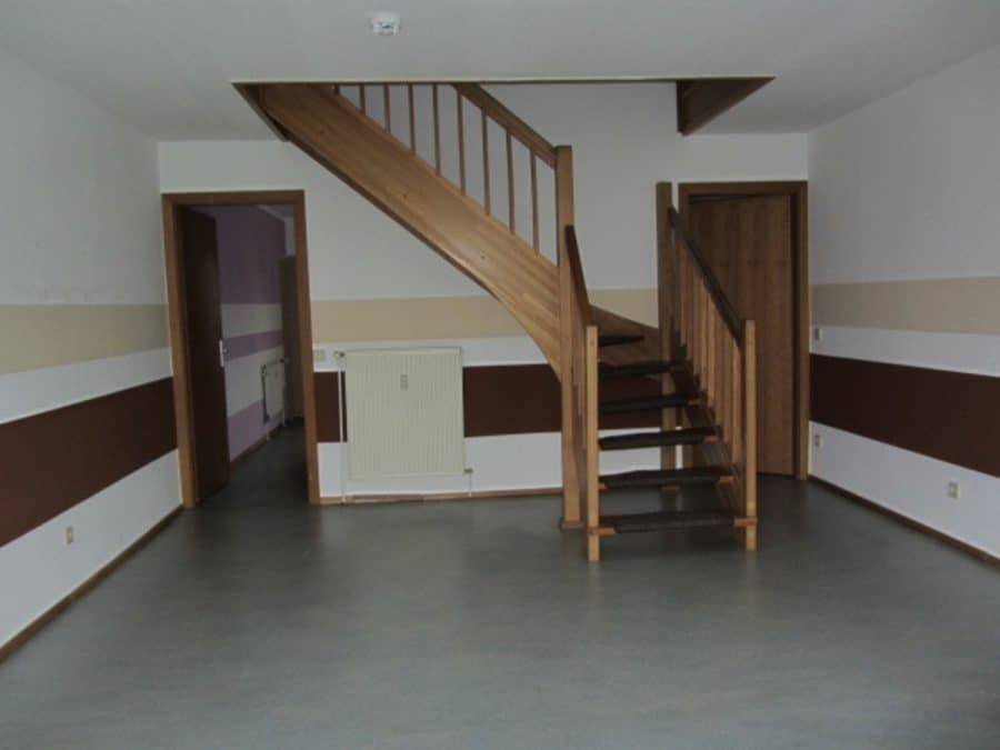 Am Stadtrand Berlins in Karow: 4-Zimmer-Maisonette-Wohnung mit Wintergarten in ruhiger Seitenstraße - Treppe im EG