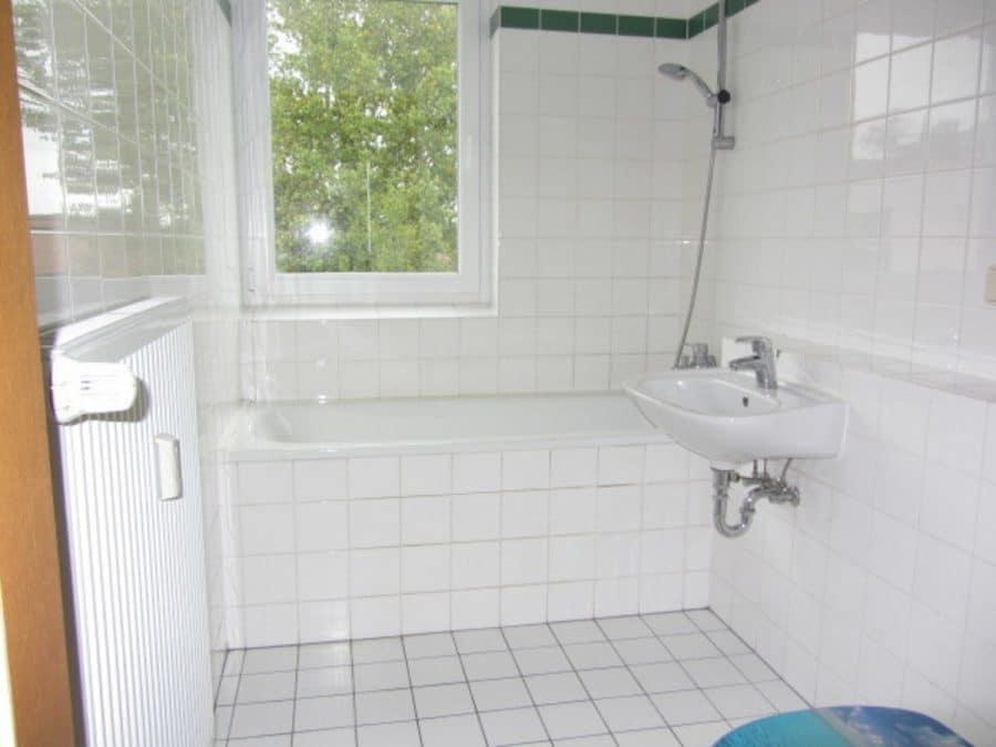 Am Stadtrand Berlins in Karow: 4-Zimmer-Maisonette-Wohnung mit Wintergarten in ruhiger Seitenstraße - Wannenbad