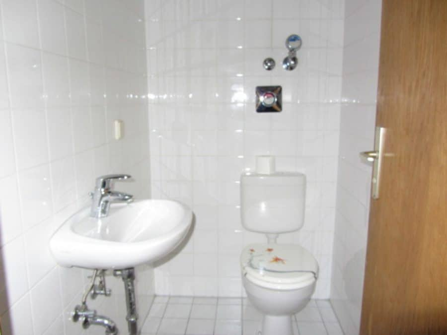 Am Stadtrand Berlins in Karow: 4-Zimmer-Maisonette-Wohnung mit Wintergarten in ruhiger Seitenstraße - Gäste-WC