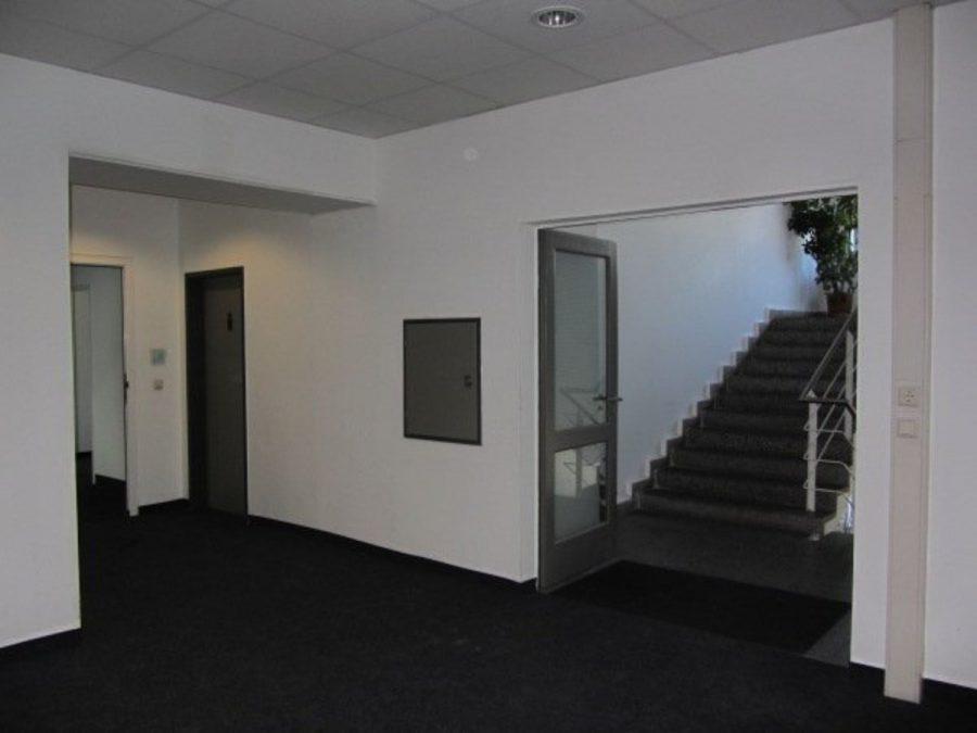 Sommeraktion: Jetzt mieten und ein Jahr die halbe Miete sparen! Eingerichtete und gepflegte Büroflächen in Berlin-Treptow-Köpenick - provisionsfrei! - Flur zum Treppenhaus