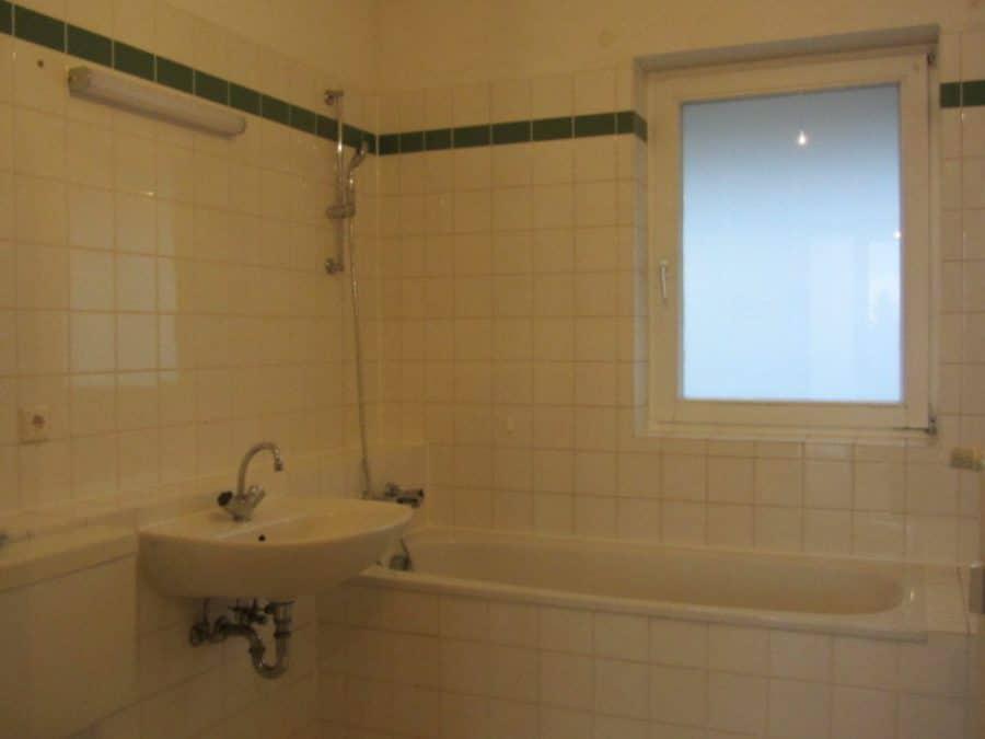 Helle 2-Zimmer-Wohnung mit Wintergarten in ruhiger Seitenstraße von Berlin-Karow zu vermieten! - Fensterbad