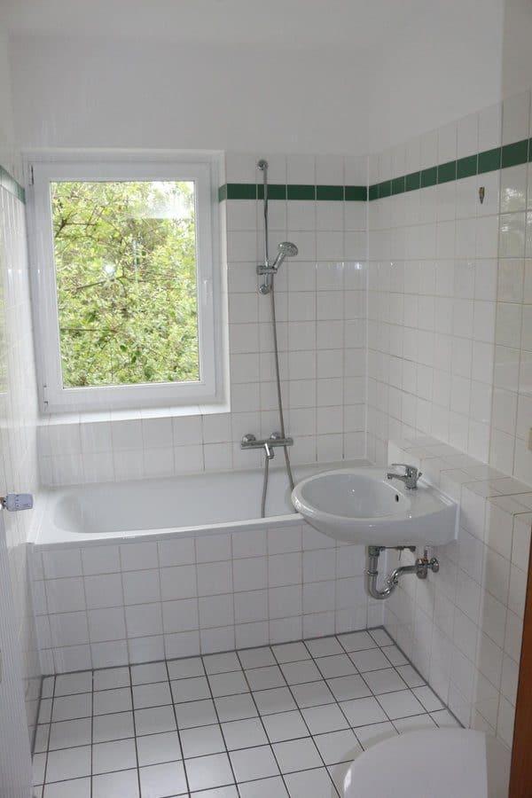 Fast wie im Reihenhaus: 4-Zimmer-Maisonette-Wohnung mit Wintergarten in ruhiger Seitenstraße von Berlin-Karow zu vermieten! - Wannenbad