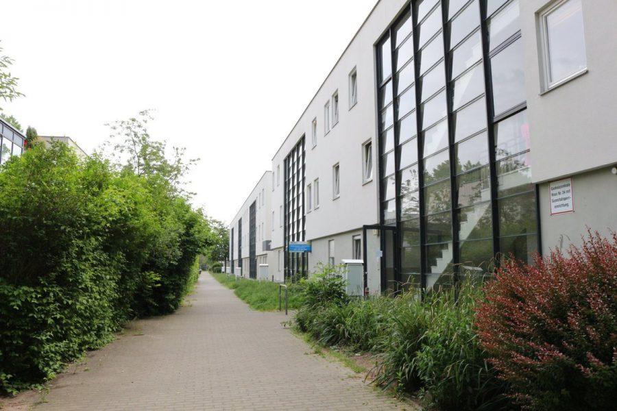 Fast wie im Reihenhaus: 4-Zimmer-Maisonette-Wohnung mit Wintergarten in ruhiger Seitenstraße von Berlin-Karow zu vermieten! - Ansicht Hauseingänge