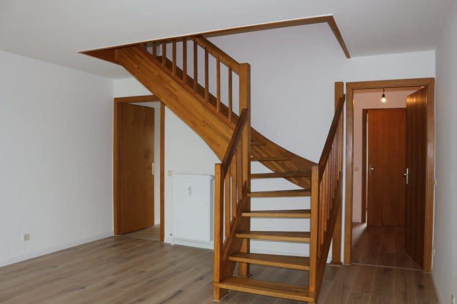 Fast wie im Reihenhaus: 4-Zimmer-Maisonette-Wohnung mit Wintergarten in ruhiger Seitenstraße von Berlin-Karow zu vermieten! - Treppe zum Obergeschoss