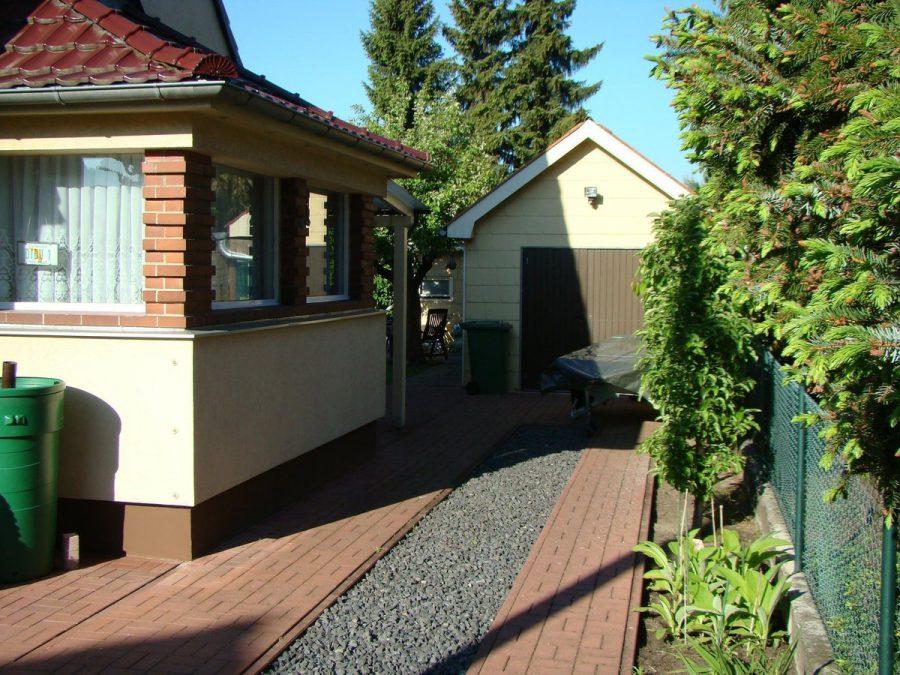 Gepflegtes Einfamilienhaus in ruhiger Seitenstraße in Berlin-Neukölln (Rudow) zu verkaufen. - Zufahrt Garage